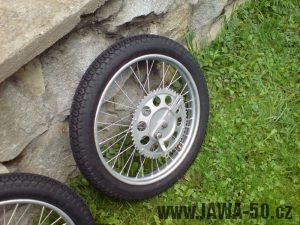 Renovace Jawa 550 Pionýr z roku 1958 - zrenovovaná kola s pneumatikami
