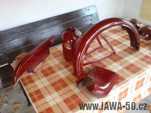 Renovace Jawa 550 Pionýr z roku 1958 - nalakované a nalinkované díly karoserie