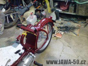 Renovace Jawa 550 Pionýr z roku 1958 - tahání elektroinstalace