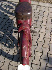 Motocykl Jawa 550 Pionýr (Pařez) z roku 1958 v původním stavu - zadní blatník