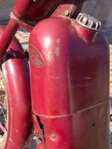 Motocykl Jawa 550 Pionýr (Pařez) z roku 1958 v původním stavu - palivová nádrž s prolisovaným logem