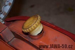 Novější provedení víčka palivové nádrže Jawa 05 bez závitu