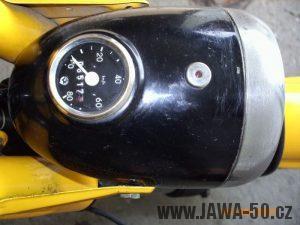 Jawa 50 typ 23A Golden Sport se světlometem Aprilia a novějším tachometrem FER