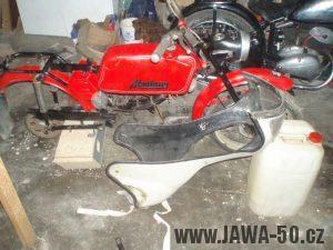 Vývozní Jawa 23 Mustang s kapotáží v nálezovém stavu