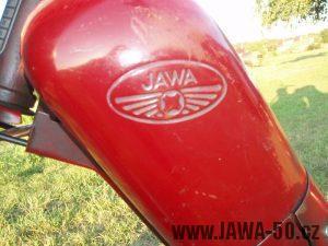 Jawa 50 typ 550 Pionýr (pařez) z roku 1958 v původním stavu - prolisované logo na nádrži