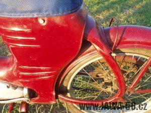 Jawa 50 typ 550 Pionýr (pařez) z roku 1958 v původním stavu - zadní blatník a madlo na kyvné vidlici