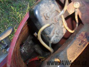 Jawa 50 typ 550 Pionýr (pařez) z roku 1958 v původním stavu - držák baterie a kontaktnice