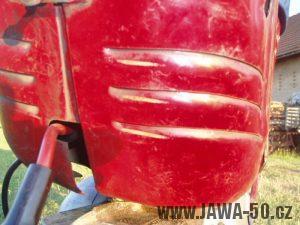Jawa 50 typ 550 Pionýr (pařez) z roku 1958 v původním stavu - dvířka prsíček nad motorem