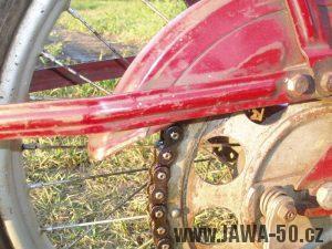 Jawa 50 typ 550 Pionýr (pařez) z roku 1958 v původním stavu - vzpěra (držák) zadního blatníku a kryt řetězu