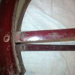 Detail staré neprolisované vzpěry blatníku