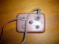 Kontaktnice (víčko) baterií klaksonu Jawa 550 pionýr (pařez) - nejstarší provedení