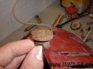 Ocelový šroub dvířek pod nádrží Jawa 550