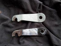 První a novější provedení páčky brzdového klíče Jawa 550 Pionýr (Pařez)