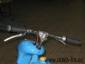 Novější (rovný) typ řídítek Jawa 550 pionýr (pařez)