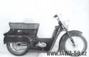Dobová fotografie prototypu skútru Jawa 550 zezadu