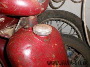 První provedení víčka nádrže Jawa 550