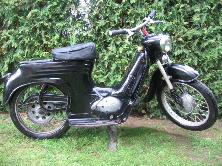 Skútrová Jawa 555 ve vzácné černé barvě z roku 1962