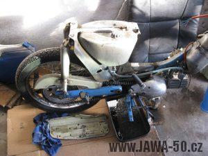 Motocykl Jawa 05 z roku 1962 v původním stavu - nádrž paliva