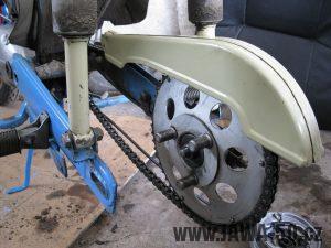 Motocykl Jawa 05 z roku 1962 v původním stavu - řetězové kolo (rozeta) + kryt řetězu