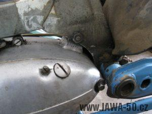 Motocykl Jawa 05 z roku 1962 v původním stavu - uchycení motoru, nalévací otvor oleje