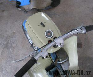 Motocykl Jawa 05 z roku 1962 v původním stavu - řídítka, tachometr, maska světlometu