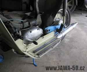 Motocykl Jawa 05 z roku 1962 v původním stavu - motor zleva