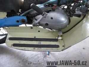 Motocykl Jawa 05 z roku 1962 v původním stavu - motor zprava