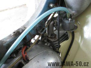 Motocykl Jawa 05 z roku 1962 v původním stavu - motor a karburátor