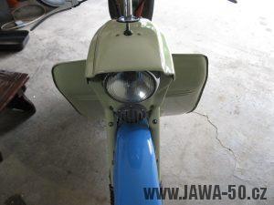Motocykl Jawa 05 z roku 1962 v původním stavu - předek motocyklu