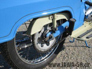 Motocykl Jawa 05 z roku 1962 v původním stavu - kryt řetězu a kyvná vidlice