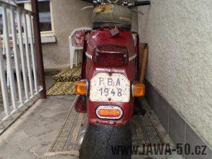 Vývozní (exportní) motocykl Jawa 50 typ 05 Pionýr z roku 1963 pro USA a Kanadu s ukazateli směru, brzdovým světlem a plexi štítem - záď motocyklu s blinkry