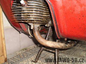 Vývozní (exportní) motocykl Jawa 50 typ 05 Pionýr z roku 1963 pro USA a Kanadu s ukazateli směru, brzdovým světlem a plexi štítem - motor a výfukové koleno
