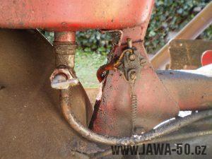 Vývozní (exportní) motocykl Jawa 50 typ 05 Pionýr z roku 1963 pro USA a Kanadu s ukazateli směru, brzdovým světlem a plexi štítem - brzdový spínač pod nádrží
