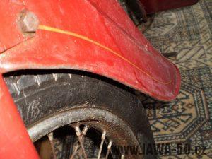 Vývozní (exportní) motocykl Jawa 50 typ 05 Pionýr z roku 1963 pro USA a Kanadu s ukazateli směru, brzdovým světlem a plexi štítem - zlatá linka na předním blatníku