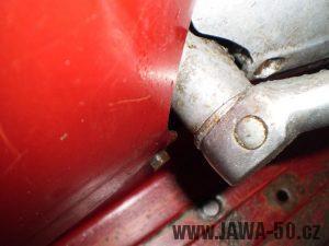 Vývozní (exportní) motocykl Jawa 50 typ 05 Pionýr z roku 1963 pro USA a Kanadu s ukazateli směru, brzdovým světlem a plexi štítem - detail startovací páky