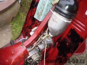 Vývozní (exportní) motocykl Jawa 50 typ 05 Pionýr z roku 1963 pro USA a Kanadu s ukazateli směru, brzdovým světlem a plexi štítem - prostor nad motorem (pod krytem)