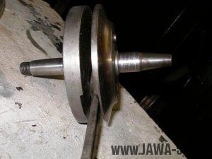 Upravený motor Jawa 05 s rotačním šoupátkem - odlehčený setrvačník klikovky