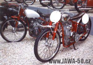 Jawa 250 z roku 1939 a Jawa 250 DIN z roku 1942 (foto z výstavy v NTM Praze 1999 k 70. letům Jawy)