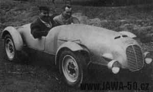 Automobil Jawa Minor s posádku Krattner-Sutnar před odjezdem z Prahy na závod 24 hodin Le Mans