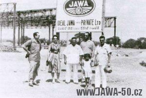 Rodina Irani před staveništěm továrny Jawa v Indii