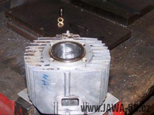 Upevnění válce motoru Jawa 20 ve svěráku