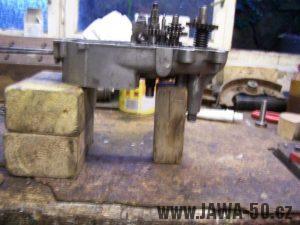 Vypodložený blok motoru (karter) před skládáním