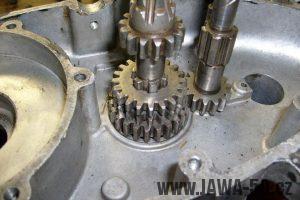 Vložení 20z převodového kola druhého stupně do motoru Jawa 20