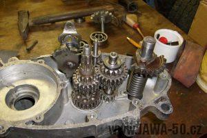 Usazení startovacího hřídele a složená převodovka motoru Jawa 20