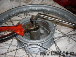 Dotažení hmoždinky v ložisku náboje kola