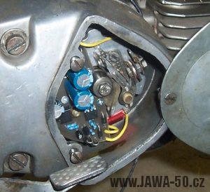 12V regulátor napětí (dobíjení) pro Jawa 50 Pionýr pod víkem motoru