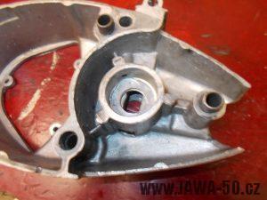 Vyčištěné pravé víko motoru Jawa 20 bez ložiska a vypínací páčky