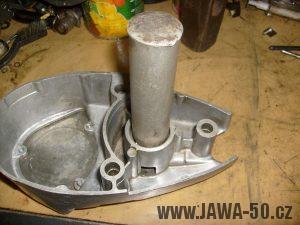 Naklepnutí ložiska do nahřátého pravého víka motoru Jawa 20