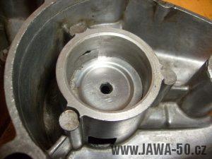 Plechová přídržná podložka k okroužku vložená v pravém víku motoru