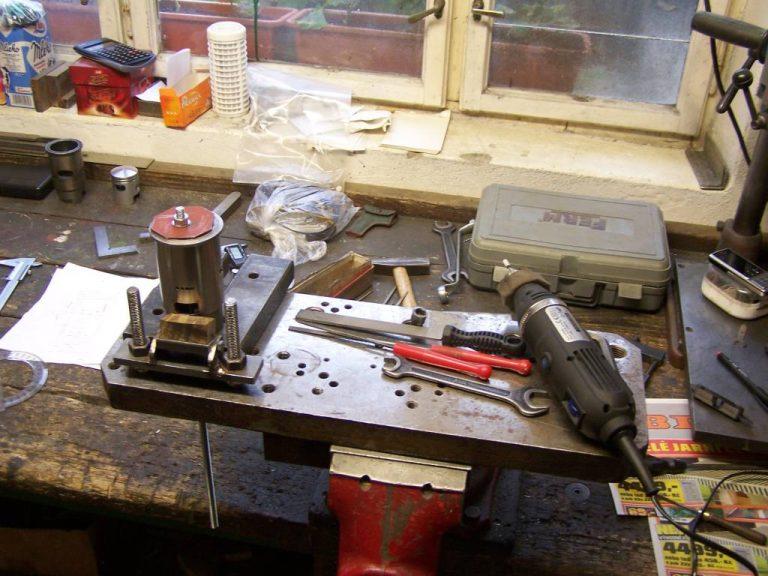 Stůl s přípravkem pro upnutí vložky válce motoru